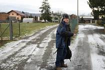 Prostorná ulice v obci Vřesina žije posledních pět let sousedským sporem. Na snímku je Vilém Špak.