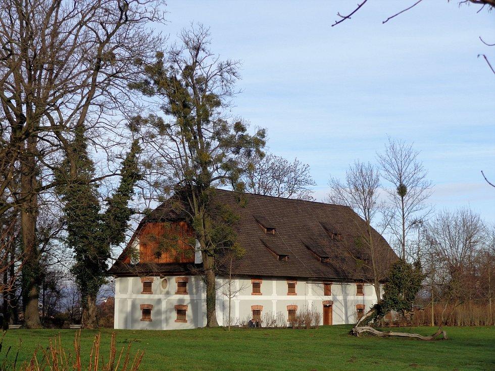 Procházka okolo zámku Raduň.