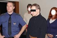 Zabil a skočil pod vlak. Muž prohlásil, že si na samotnou vraždu nepamatuje.