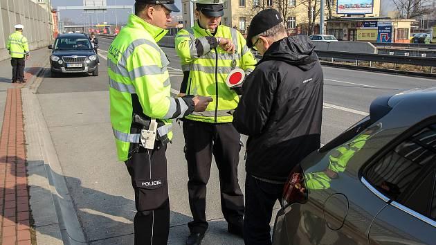 Policejní dopravní razie na řidiče na ulici Cihelní v Ostravě.