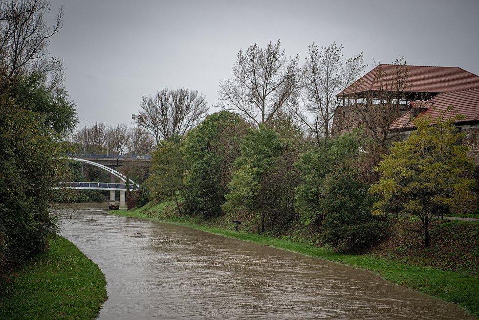 Noční deště zvedly hladiny řek na severní Moravě, 14. října 2020. Rozlitá řeka Lučina poblíž Slezskoostravského hradu.