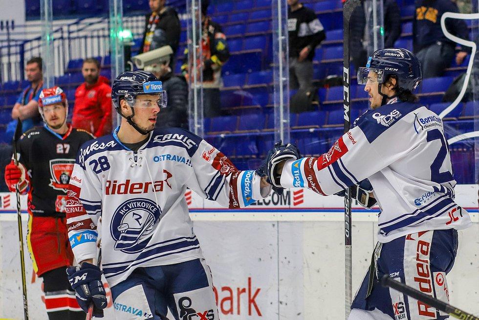 Utkání 39. kola hokejové extraligy: HC Vítkovice Ridera - Mountfield Hradec Králové, 24. ledna 2020 v Ostravě. Na snímku (zleva) Radek Veselý a Alexandre Mallet.