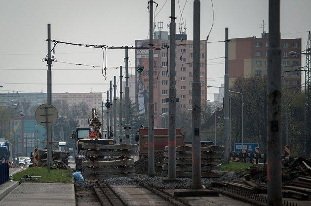 Rozebírání kolejí na mostech v Plzeňské ulici.