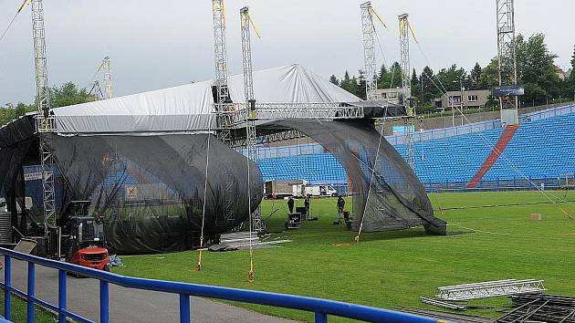 Už od čtvrtečního dopoledne probíhají na Bazalech přípravy na pateční koncert skupiny Scorpions.