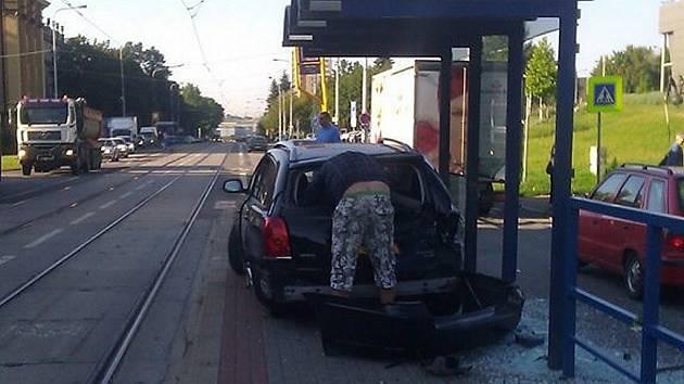 Auto po havárii skončilo na tramvajové zastávce.
