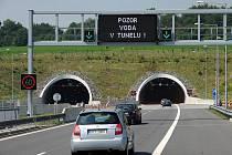 Klimkovický tunel na ostravské dálnici trápí od nedávných povodní problém s prosakující vodou, na což upozorňují i proměnné tabule.