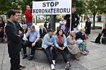 Lidé v Ostravě se v pondělí sešli, aby demonstrovali proti vládním příkazům nosit roušky v některých veřejných prostorách.