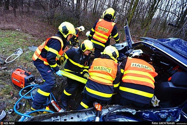 Řidič vRadvanicích nezvládl řízení a sestřelil sloup.