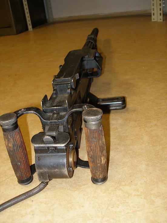 Policisté zkoumali i tankovou věž s funkčním kanónem, kterou má ve své sbírce vojenský fanda z Karvinska.
