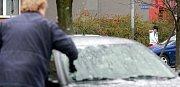 Úterní mrazivé ráno v Ostravě. Námraza a ledovka působí komplikace v celém kraji.