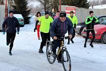 PREZIDENT klubu Otto Seitl na kole před běžci na lednovém klubovém závodě v Martinově.