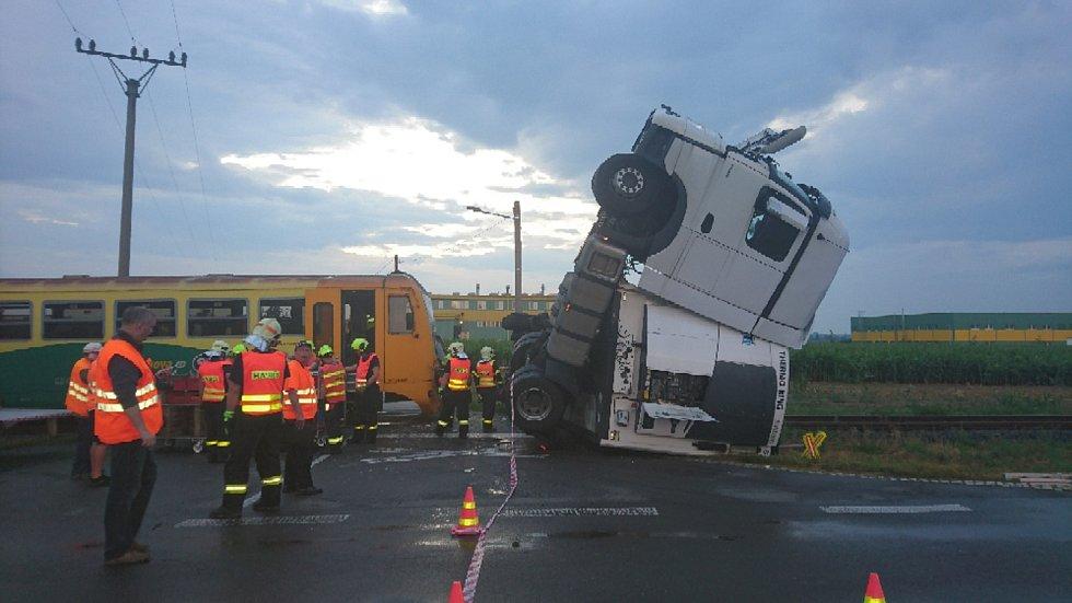 Nehoda na obávaném otickém přejezdu - vlak se tady srazil s kamionem, červenec 2019.