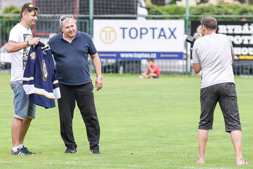 Dražba dresu Romana Poláka při charitativním zápase v Markvartovicích,