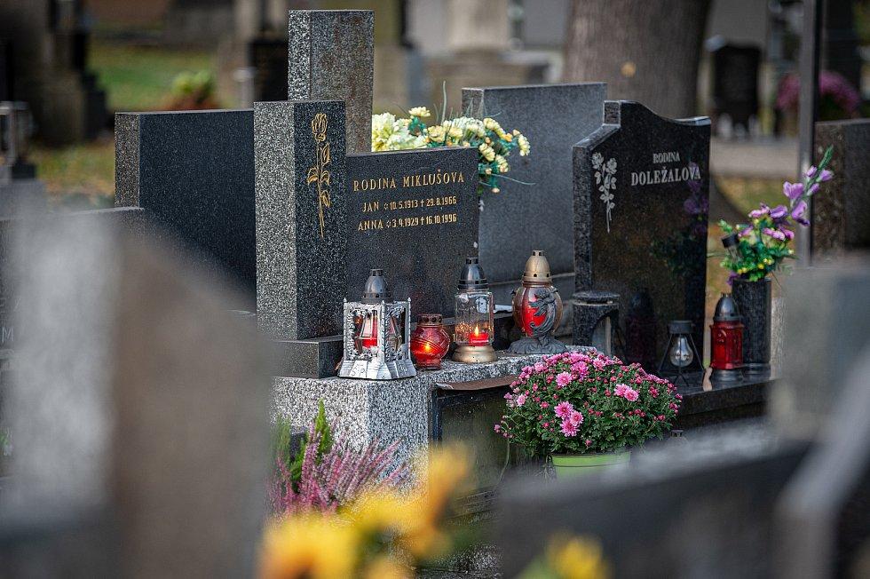 Úklid hrobů na hřbitově v Zábřehu, 27. října 2020 v Ostravě.