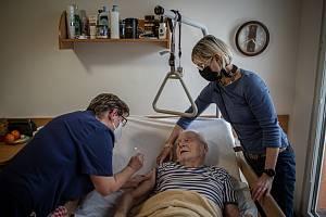 Zdravotnice očkovaly vakcínou Moderna proti koronaviru klienty Domova pro seniory Kamenec, 14. ledna 2021 v Ostravě.