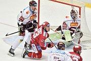 Utkání 9. kola hokejové extraligy: HC Oceláři Třinec - HC Sparta Praha, 12. října 2018 v Třinci. Na snímku (vlevo) Steven Delisle a Jiří Polanský.