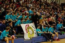 SKVĚLOU ATMOSFÉRU mělo třetí čtvrtfinále play-off. Volejbalisty Ostravy přišlo do haly povzbudit osm stovek diváků a hráči obou týmů předváděli skvělé zákroky.