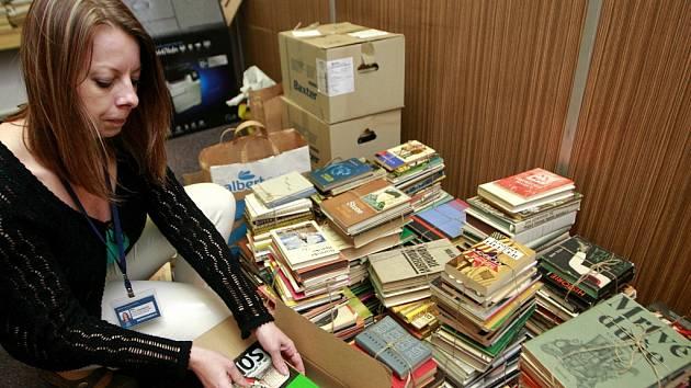 Knihovna či nemocnice? Stovky titulů ze sbírky jsou nyní k dispozici dalším zájemcům.
