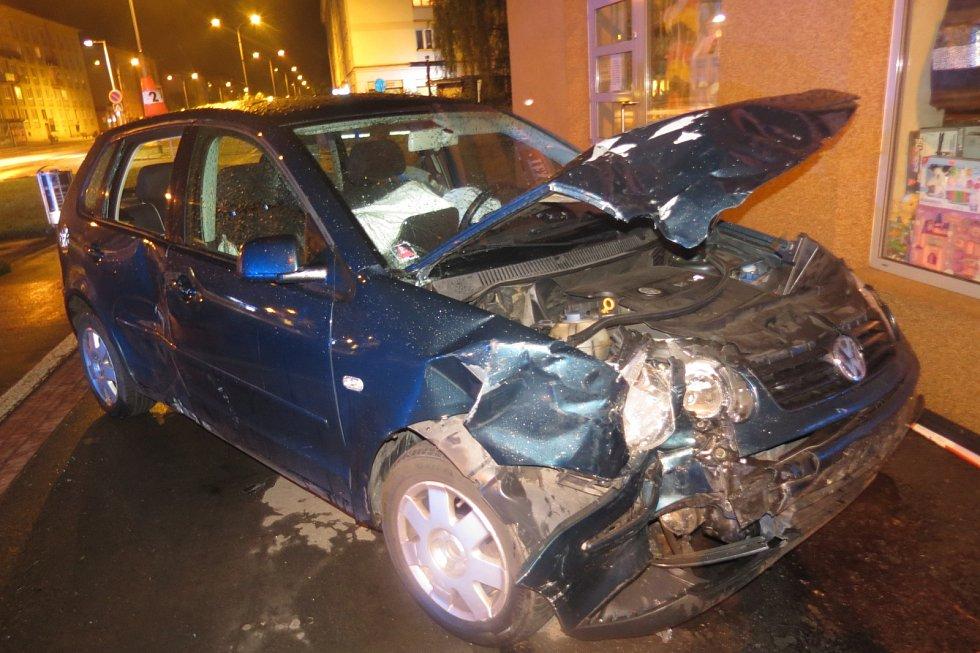 V Karviné po střetu jedno z vozidel skončilo pár centimetrů od domu.