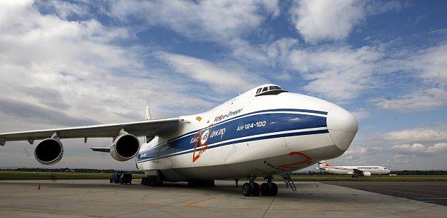 Jedno znejvětších sériově vyráběných transportních letadel na světě, An-124Ruslan, přistálo vpátek hodinu po poledni na Letišti Leoše Janáčka vOstravě.