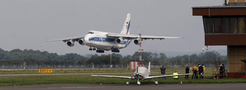 Jedno z největších sériově vyráběných transportních letadel na světě, An-124 Ruslan na Letišti Leoše Janáčka v Ostravě.