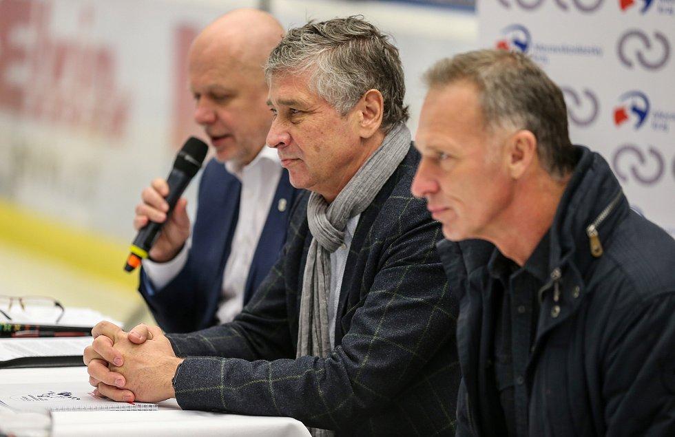 Tisková konference k Mistrovství světa v para hokeji 18. ledna 2019 v Ostravě. Na snímku Jaroslav Kania náměstek hejtmana, Ivo Vondrák hejtman a Dominik Hašek ambasador MS.