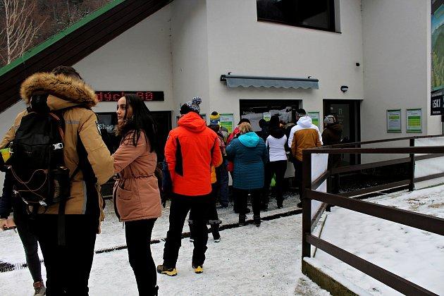 Na Pustevny zamířily vsobotu 9.ledna stovky turistů a desítky běžkařů.
