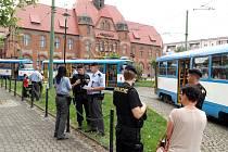 Nejméně čtyři policejní auta s blikajími majáky obklopila tramvaj linky číslo 12 a jejich posádky vyvedly z vozu temperamentní rodinku s nezletilými dětmi včetně nemluvněte v kočárku.