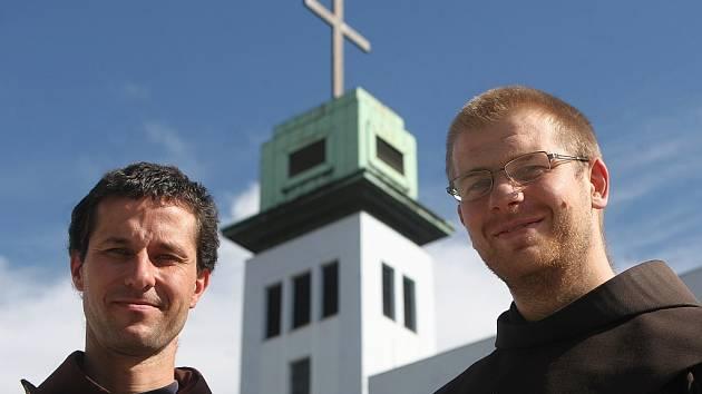 Františkáni Ondřej Bonaventura Čapek (vpravo) a Jakub František Sadílek připomínají lidem křesťanské hodnoty.