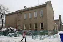 V současnosti poloprázdná Základní škola Rostislavova, která má ale čtyřicetiletou tradici v provozování hokejových tříd, by se měla v roce 2011 zaplnit nadanými žáky.