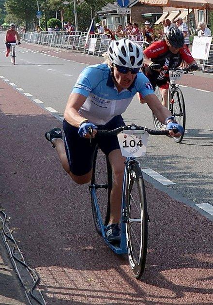 Mistryně světa vkoloběžkovém sprintu, kritériu imaratonu Šárka Waldhauserová vnizozemském Losseru.