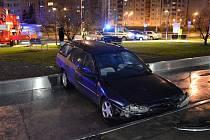 Dramatická honička v Ostravě skončila nehodou, při které třicetiletý řidič fordu vjel do fontány. Auto museli vyprostit hasiči.