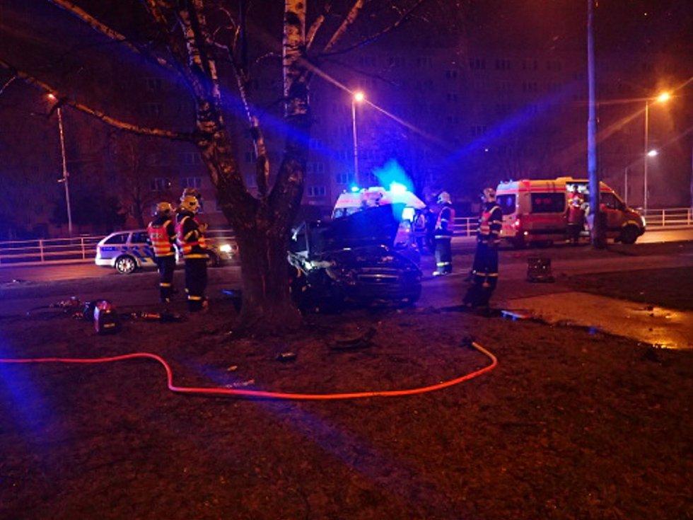 Po druhé hodině ranní osobní vozidlo Daewoo Nexia narazilo do vzrostlého stromu.
