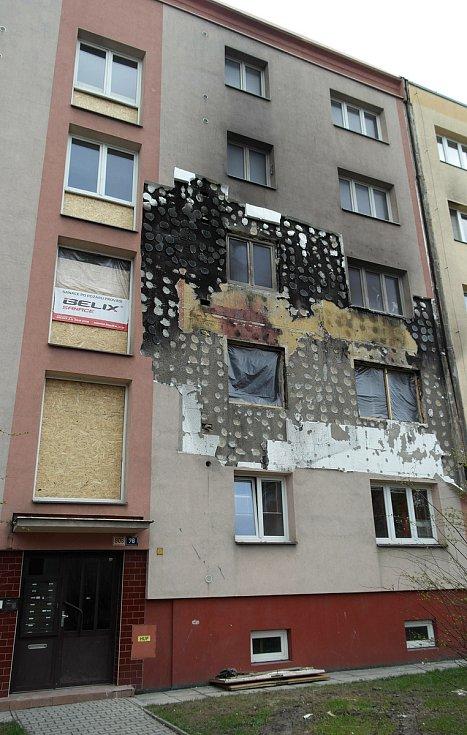 Panelák v Provaznické ulici 906/76 v Hrabůvce dva měsíce po výbuchu varny pervitinu.