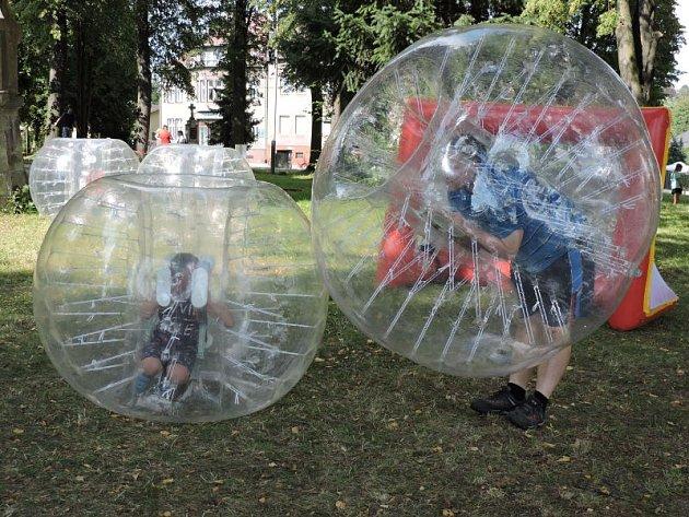 Společensky strávené odpoledne a hromadu zábavy nabídl první ročník Festivalu netradičních her, který se v sobotu odpoledne konal v parčíku před kostelem v Ostravě-Radvanicích.