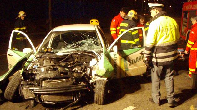 Škoda Fabia narazila do sloupu veřejného osvětlení.
