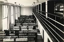 Interiér veřejné knihovny v Moravské Ostravě na počátku roku 1930.
