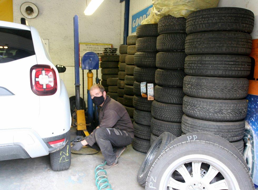 Nejstarší pneuservis v Ostravě ve Zborovské ulici č. 7. Staří motoristé to tady znají pod socialistickým jménem Obnova.