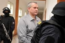 Šéf takzvané lihové mafie Radek Březina na chodbě ostravského soudu v doprovodu eskorty.