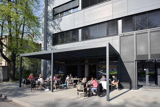 Snímek kčlánku Mariánské náměstí, centrum někdejší Čertovy Lhotky, čeká velká proměna - na fotografii Restaurace Acafe.