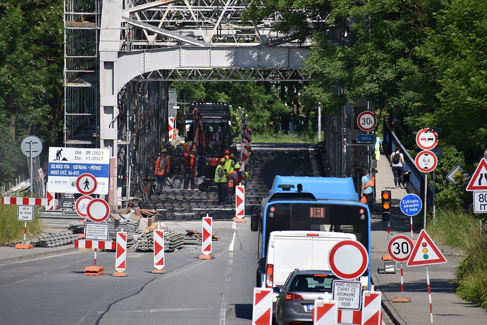 Oprava mostu by měla skončit koncem listopadu. Pro osobní dopravu je most uzavřen, vozidla ale po něm možná budou moci projet od 19 do 5 hodin.