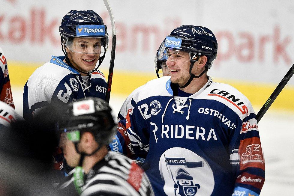 Utkání 50. kola hokejové extraligy: HC Vítkovice Ridera - HC Dynamo Pardubice, 2. března 2021 v Ostravě. (zleva) Patrik Koch z Vítkovic a Petr Fridrich z Vítkovic.