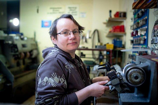 Pavlína Pisingerová se vyučila voboru technologie výroby a opravy obuvi. Od roku 1996pak opravuje obuv vcentru Ostravy.