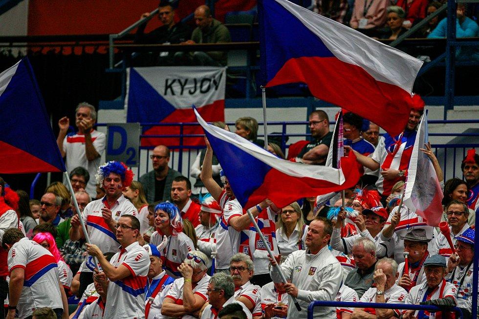 Čeští fanoušci na sobotním zápasu Fed Cupu v Ostravar Aréně 9989db1a71