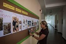 Pedagožka Hana Kvasničková ze Základní školy Ivana Sekaniny v Ostravě-Porubě připravuje před začátkem školního roku nejen pro své třeťáky nástěnku na chodbě s obrázky známých ilustrátorů.