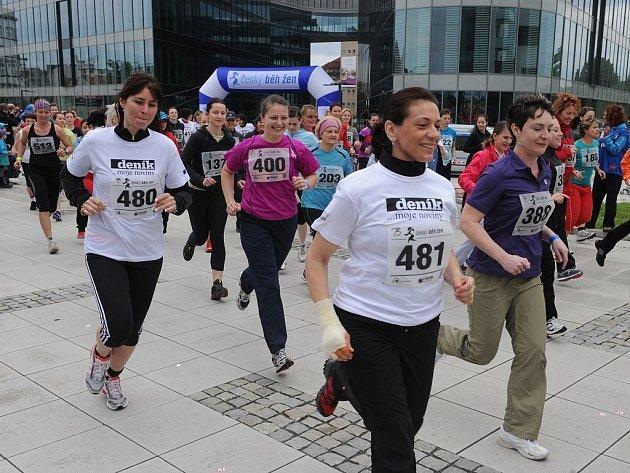 Šest stovek závodnic dorazilo ke startu prvního Českého běhu žen, který se uskutečnil v Ostravě u obchodního centra Forum Nová Karolina.