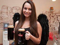 Černá Barbora se jmenuje třináctistupňové černé pivo, které jako novinku pro letošní léto uvařili v pivovaru Ostravar.