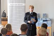 Policisté se během předání knih setkali i s dětmi, kterým předčítali vybrané příběhy.