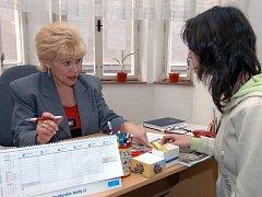 Marcela Reichelová (vlevo) ve spotřebitelské poradně.