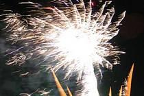 Takhle také vypadal ohňostroj na Slezskoostravském hradě při posledních oslavách příchodu nového roku